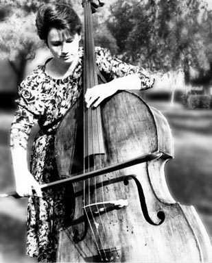 Claudia Botterweg playing the double bass